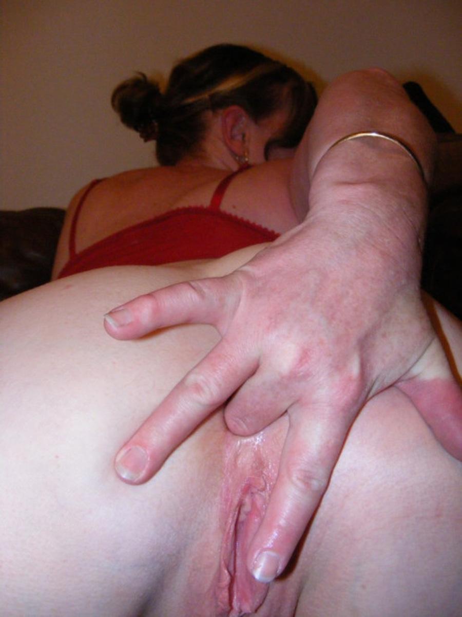 Maman se met un doigt dans le cul
