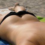 Marion, célibataire sexy allume à la plage
