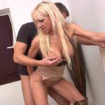 Thérèse une blonde mature qui se tape deux dépanneurs