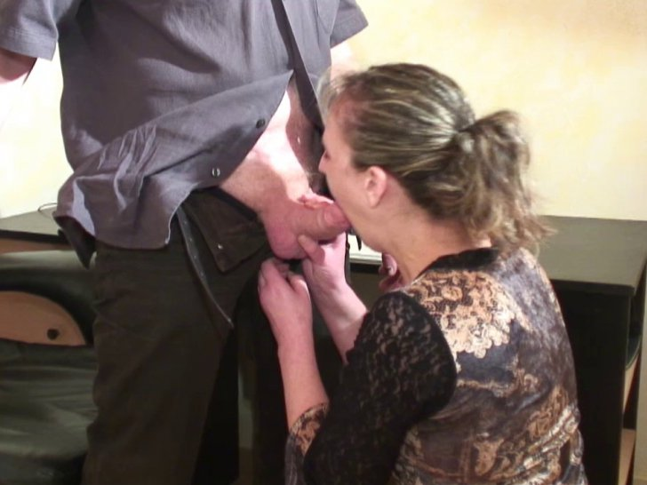 Vieille blondasse se fait baiser par le gynéco