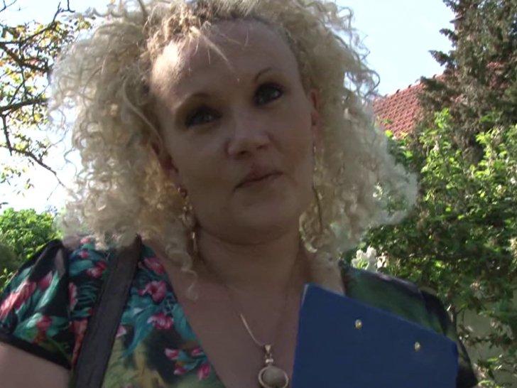 Kaelyce, blondasse mure en chien se fait piner dans le jardin