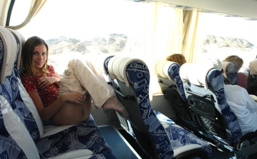 Bianca, bonnasse chaude baisse son pantalon dans l'autobus