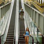 Exhibitionnisme d'une rousse au pied d'un ascenseur