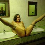 Patricia écarte les jambes dans les toilettes publiques