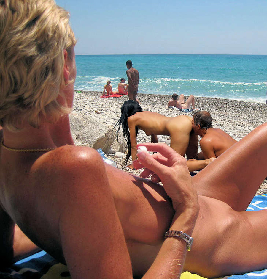 Touriste nudiste en train de se faire brouter la chatte