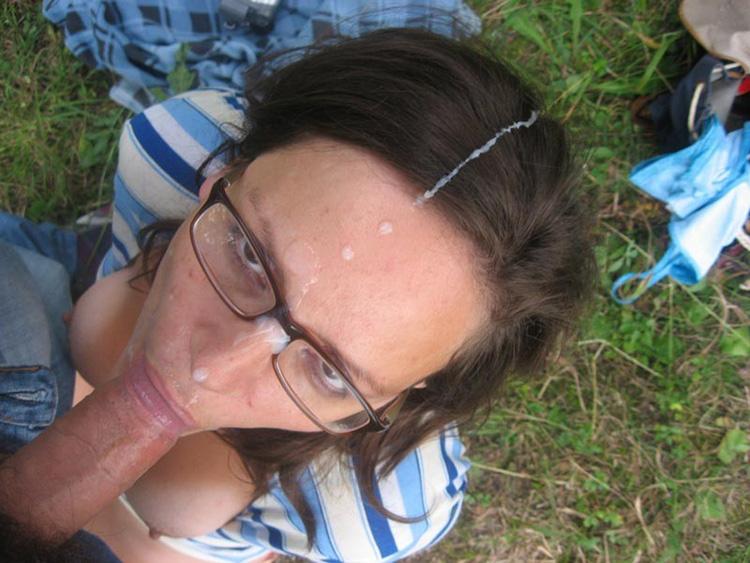 Ejac faciale sur les lunettes d'Elise