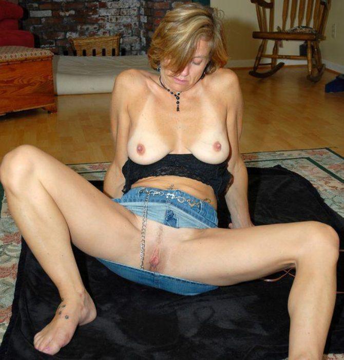 Les lèvres vaginales saillantes d'une milf impudique