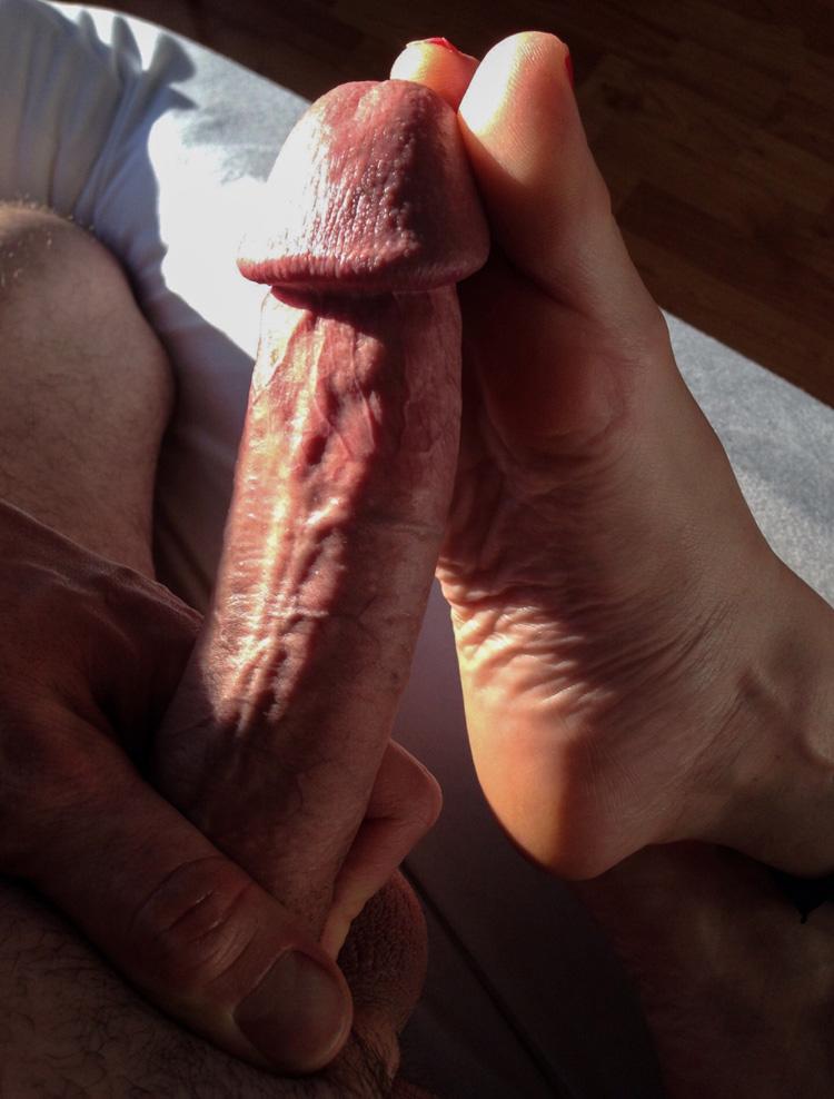 Footjob délicat sur grosse bite circoncise
