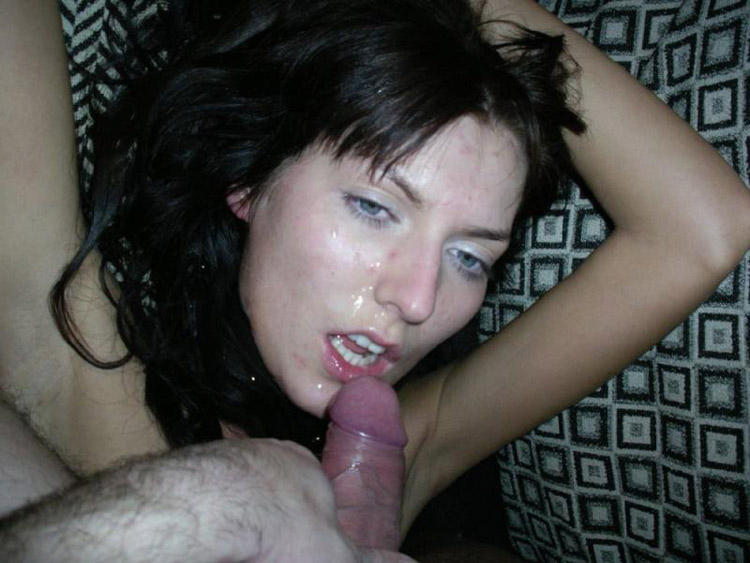 Brunette terrorisée se fait asperger de sperme