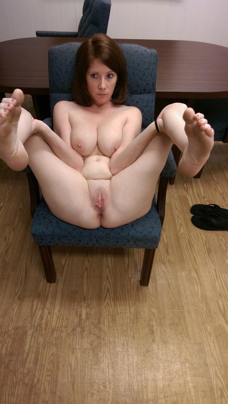 Maman nue, air circonspect