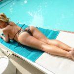 Photos femme nue allongée sur le ventre pour fétichisme des pieds