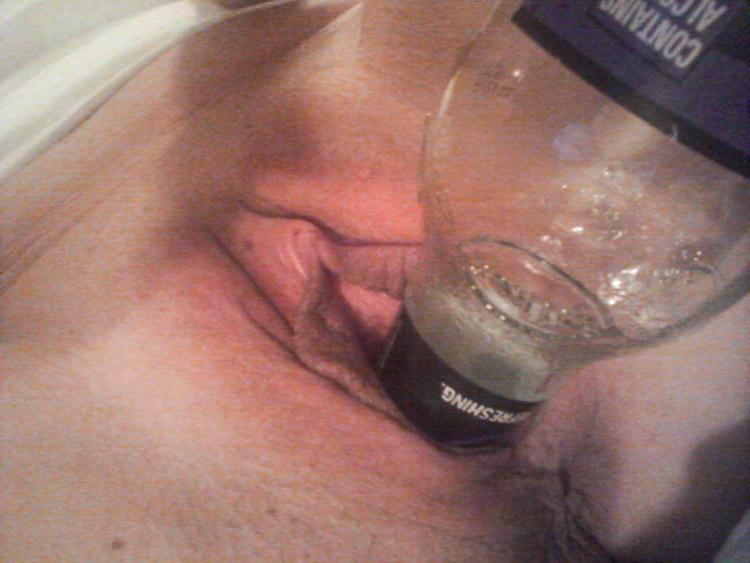 Bouteille de bière dans le minou