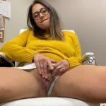 Une brunette à lunettes se masturbe au boulot