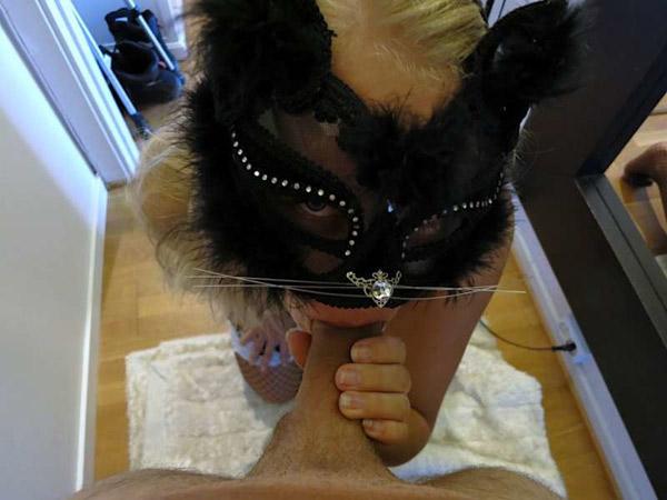 Chloe libertine blonde suce en chatte 7