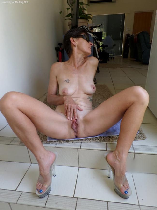 Maman chaude les jambes en équerre