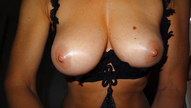 Femme seins parfaits handjob 7
