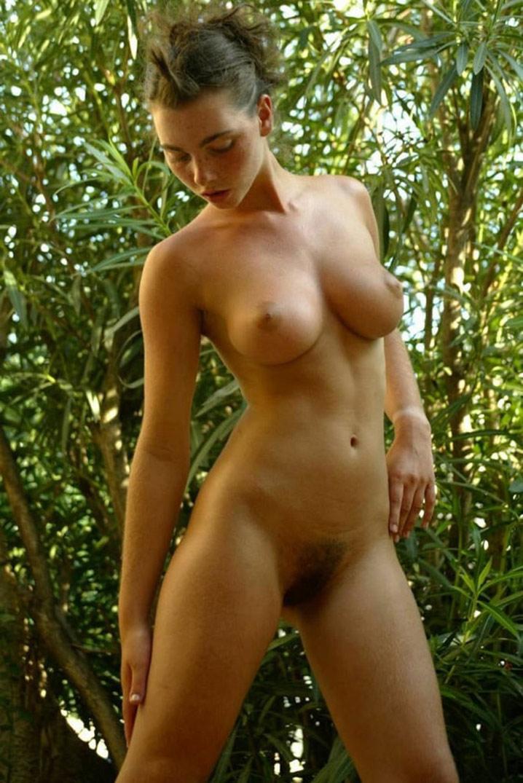 Babe 20 ans seins parfaits minou poilu 1