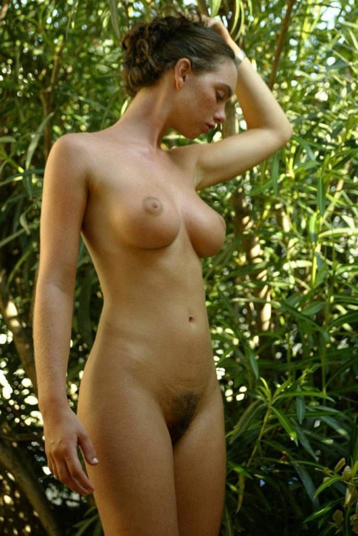 Babe 20 ans seins parfaits minou poilu 11