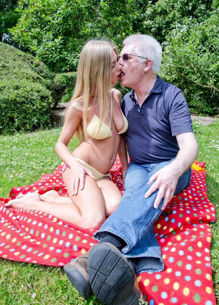 Babe tchèque baise un sugar daddy 12