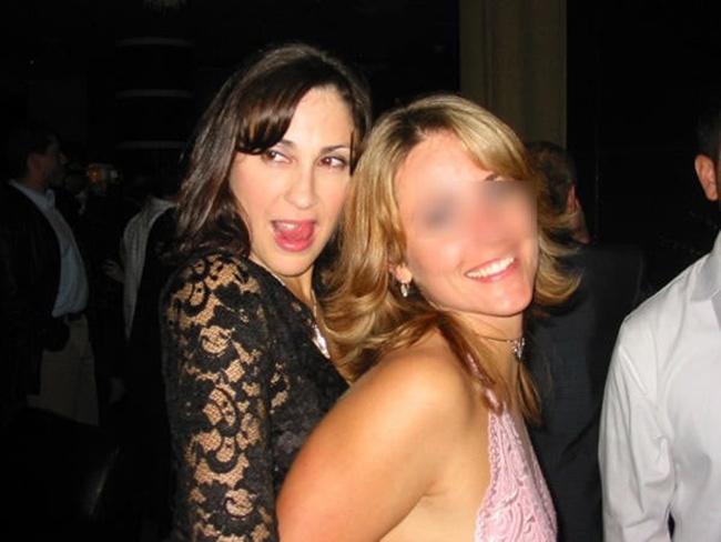 Carolina belle brune débauchée avec une copine