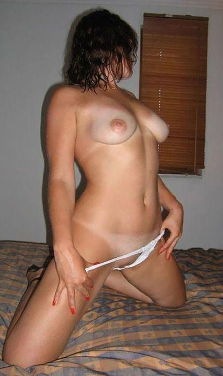Clara libertine nue en vacances coquines 0