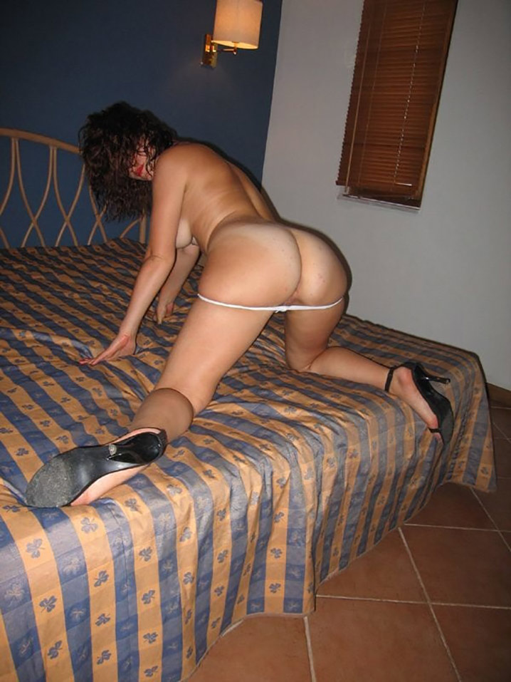Clara libertine nue en vacances coquines 10
