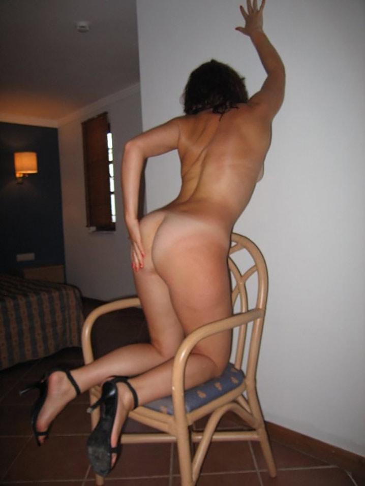 Clara libertine nue en vacances coquines 11