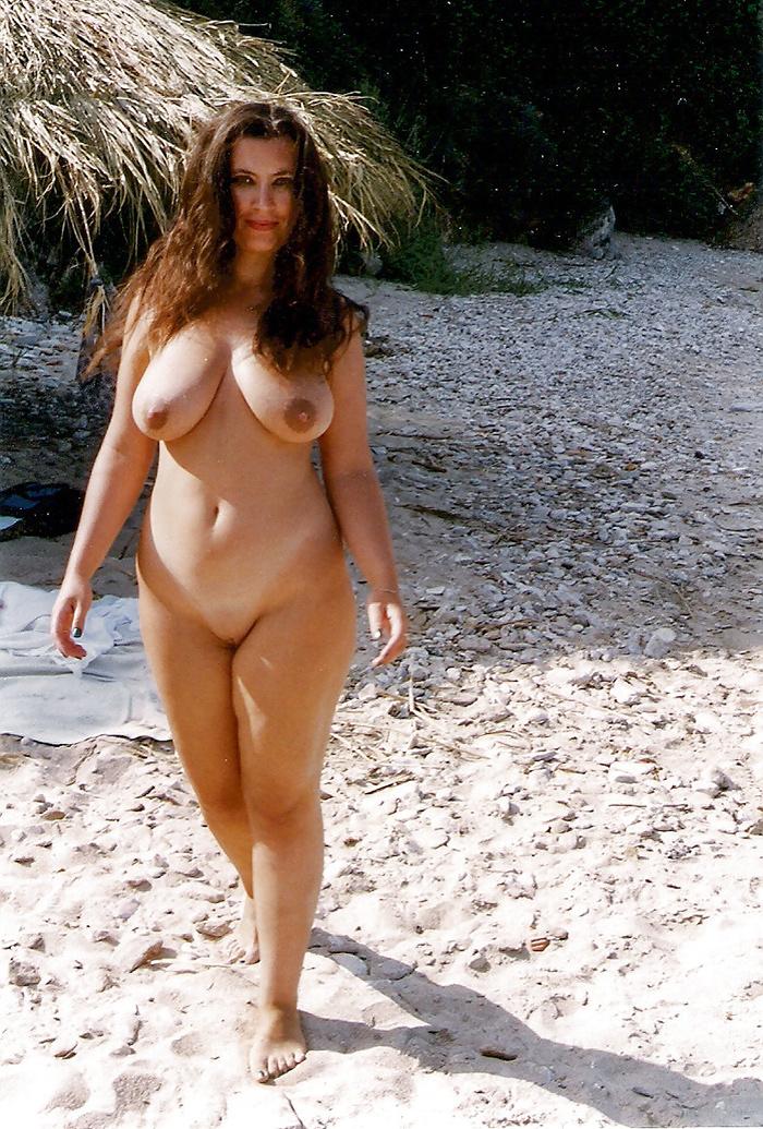 MILF gros seins en liberté à la plage
