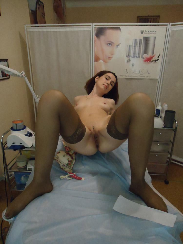 Patiente écartée sur le brancard