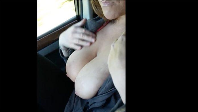 Flash boob voiture